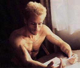 Guy Pearce, who has a few minute-long memory as Leonard in _Memento_, puts his to-do list right under his skin.